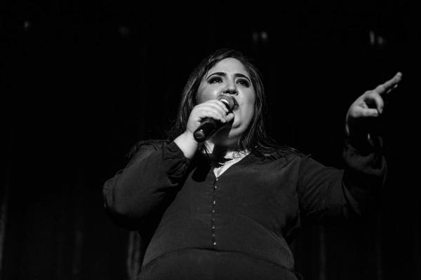 Jo Martínez es la única mujer del colectivo; sus monólogos han sido transmitidos por el canal Comedy Central.